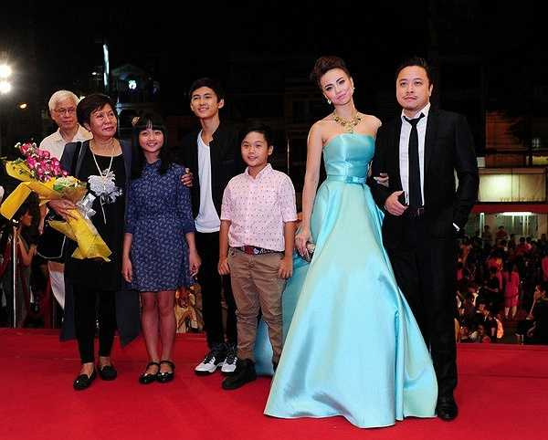 Đạo diễn Victor Vũ, nữ diễn viên Đinh Ngọc Diệp và các diễn viên trong Tôi thấy hoa vàng trên cỏ xanh