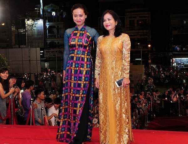 Nữ diễn viên Hồng Ánh lựa chọn cho mình bộ áo dài với gam màu đằm thắm