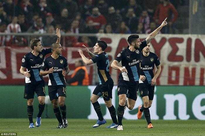 Ngoài Giroud, Ozil và Campbell là hai cầu thủ được đánh giá cao trong trận thắng của Arsenal trên đất Hi Lạp