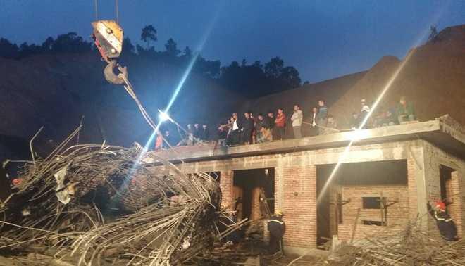 Hàng chục công nhân đã nhảy từ độ cao hơn 5m xuống đất, một số người bỏ chạy, những người còn lại bị vùi trong đống đổ nát.