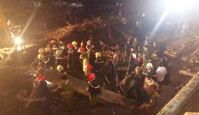 Lực lượng cứu hộ với khoảng 100 người cùng nhiều thiết bị đã cấp tập đào bới đống đổ nát tìm người mắc kẹt.