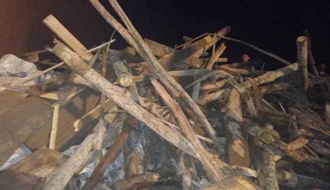 Hiện trường ngổn ngang khối lượng lớn bê tông sắt thép kèm theo gỗ cốp pha.