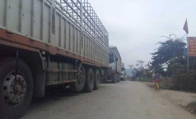 Vụ tai nạn lao động khiến hàng trăm xe tải chạy từ Cửa khẩu quốc tế Cầu Treo về xuôi ùn ứ.