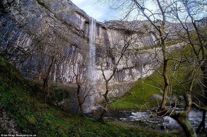 Thác nằm dưới thung lũng Watlowes Dry được tạo ra nhờ dòng băng tan.