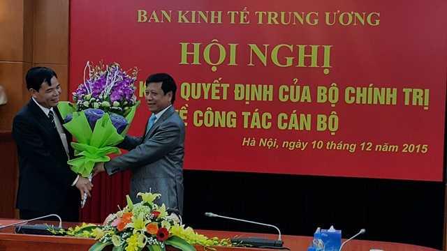 Phó Trưởng ban Thường trực Ban Tổ chức T.Ư Trần Lưu Hải trao Quyết định của Bộ Chính trị phân công bổ nhiệm Thứ trưởng  Bộ NN&PT NN