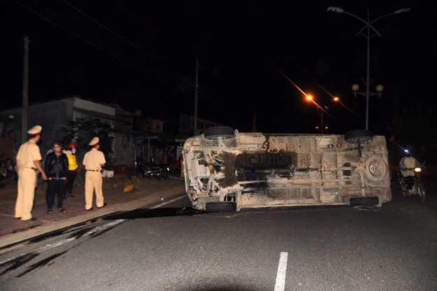 Chiếc xe khách lao vào dải phân cách rồi nằm lật nghiêng giữa đường Trường Chinh