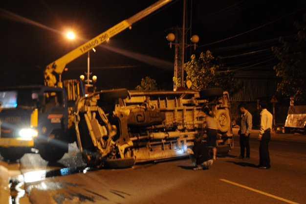 Xe cứu hộ đến đưa chiếc xe ra khỏi lòng đường để xe cộ qua lại