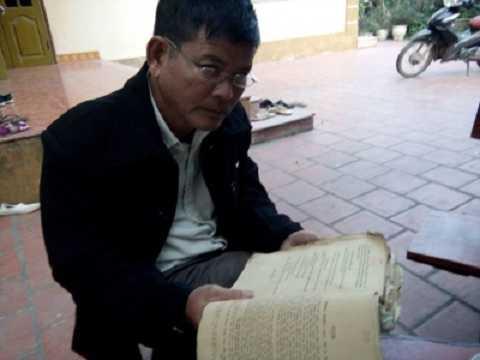 Phó thôn hào hứng khi được cầm cuốn sách
