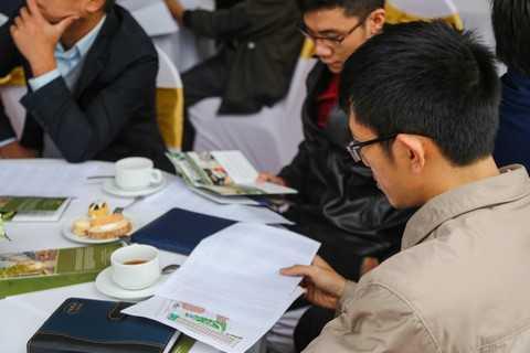Khách hàng được trực tiếp tư vấn tại bàn