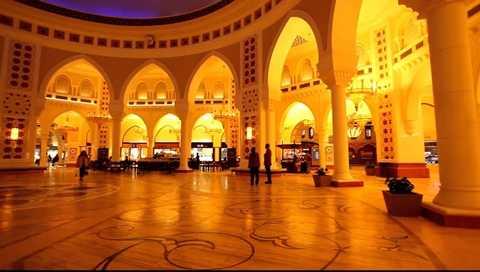 Luôn có những ánh vàng lấp lánh khi đến địa điểm du lịch này. Ước tính khách du lịch đến Dubai sẽ tăng trong năm 2016 và đây là cơ hội làm ăn lớn cho những người buôn bán ở đây