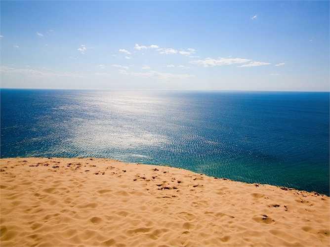 Nằm bên bờ hồ Michigan, cồn cát Indiana cao hơn 60 mét là kết quả của sự dịch chuyển các sông băng lục địa vào khoảng 14000 năm trước.