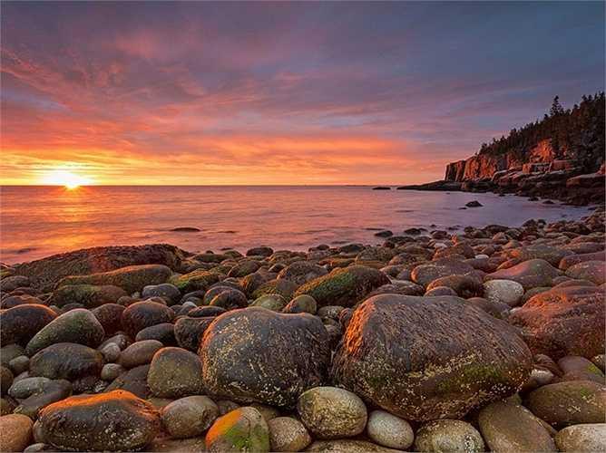 Vườn quốc gia Acadia là điểm nóng du lịch của bang Maine, nơi có bờ biển hoang sơ, những con đường mòn và dãy núi cao nhất bên bờ Đại Tây Dương.