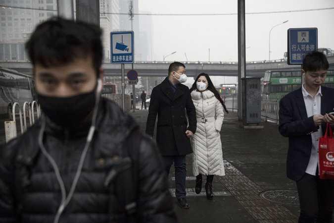 Mặt nạn, khẩu trang trở thành vật bất ly thân của nhiều người dân Trung Quốc khi ra đường