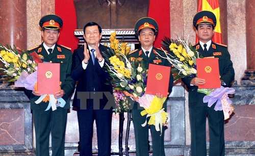 Chủ tịch nước Trương Tấn Sang trao Quyết định thăng cấp hàm cho 3 sĩ quan cấp cao: Bế Xuân Trường, Võ Trọng Việt và Võ Văn Tuấn (từ trái qua) - Ảnh: TTXVN