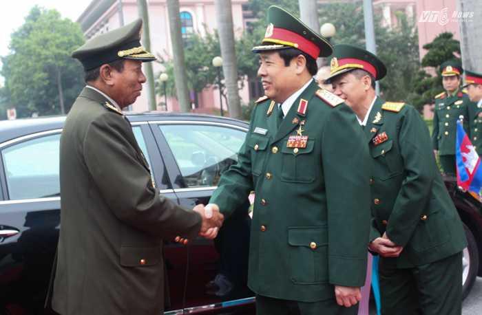 Đại tướng  Phùng Quang Thanh chào mừng Đại tướng Tia Banh sang thăm và làm việc tại Việt Nam - Ảnh: Hồng Pha