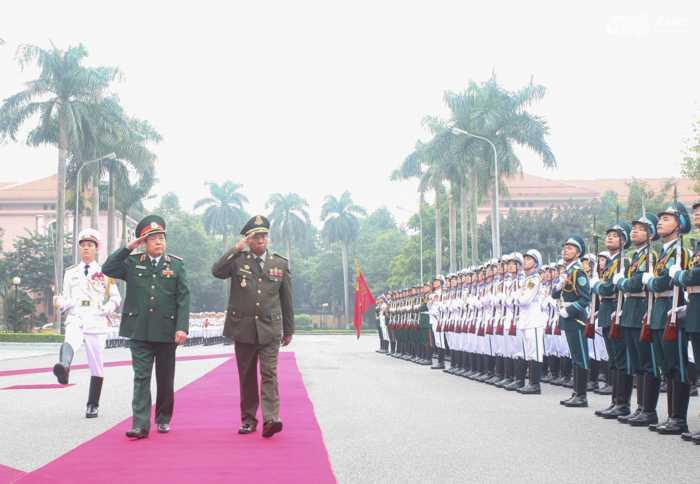 Đại tướng  Phùng Quang Thanh và Đại tướng Tia Banh duyệt đội danh dự  - Ảnh: Hồng Pha