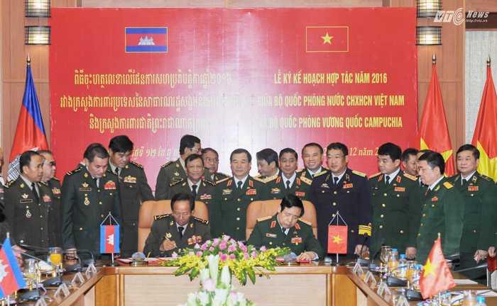 Đại tướng Phùng Quang Thanh và Đại tướng Tia Banh ký Kế hoạch hợp tác năm 2016 giữa Bộ Quốc phòng hai nước - Ảnh: Hồng Pha