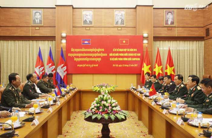 Hội đàm giữa Bộ Quốc phòng Việt Nam và Bộ Quốc phòng Vương quốc Campuchia - Ảnh: Hồng Pha