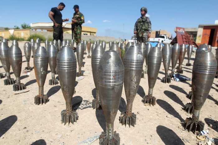 Cảnh sát Iraq khám xét đạn dược của chiến binh IS ở Tikrit