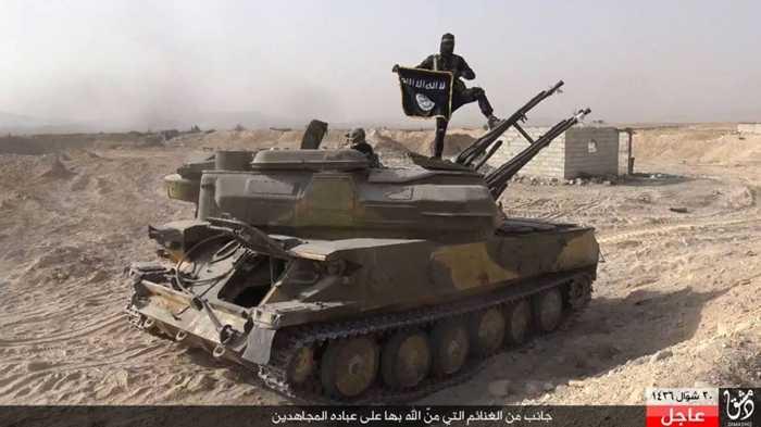 Chiến binh IS trên bệ pháo phòng không tự hành cướp được từ quân đội Syria