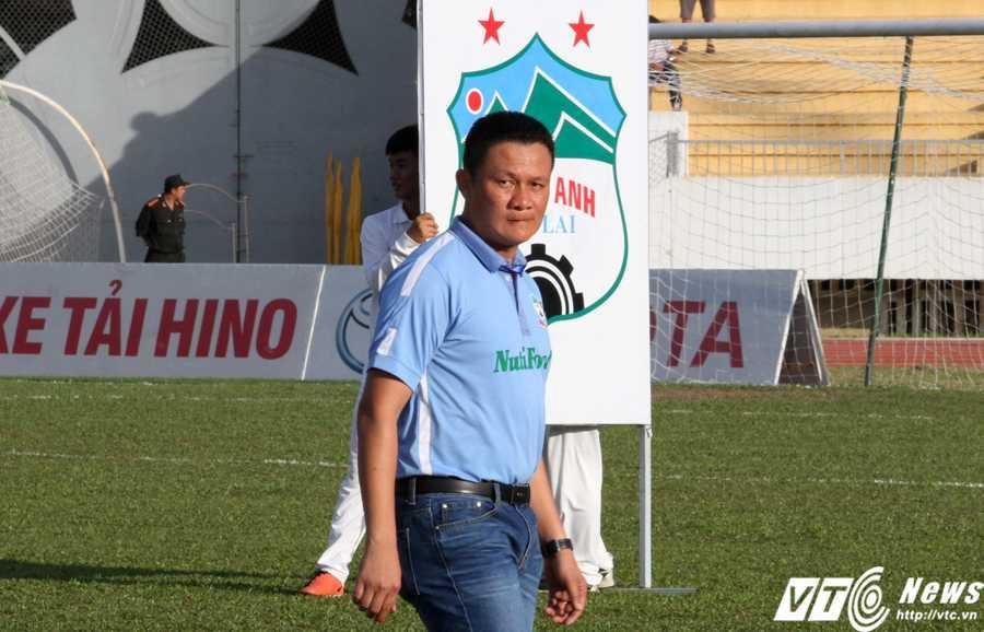 HLV Nguyễn Quốc Tuấn đủ khả năng giúp 'đám trẻ mới của bầu Đức' không bỡ ngỡ với sân chơi V-League (Ảnh: Hoàng Tùng)