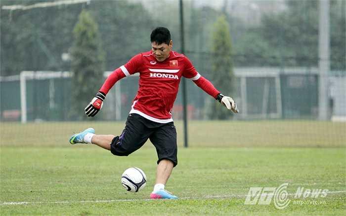 HLV thủ môn Nguyễn Đức Cảnh thực hiện những cú sút để thử tài các học trò trong khung gỗ.