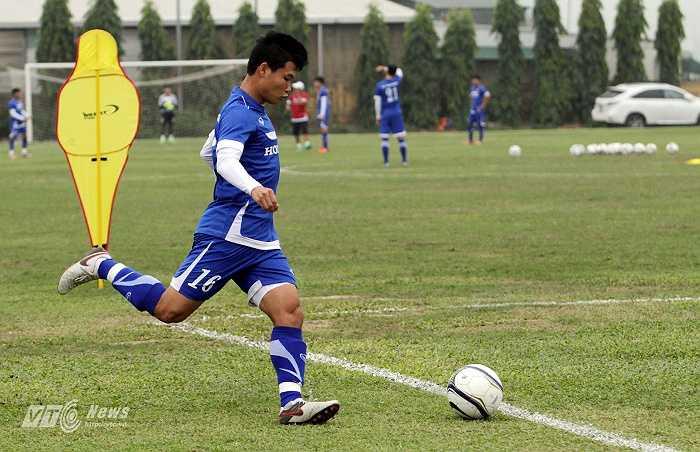 Đông Triều trong vai trò một tiền vệ, thực hiện những cú tạt bóng từ 2 biên.