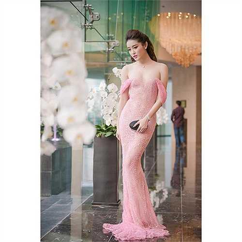 Trong chiếc váy xuyên thấu táo bạo nhưng tinh tế này, á hậu Huyền My được nhiều trang báo mạng ca ngợi mặc đẹp