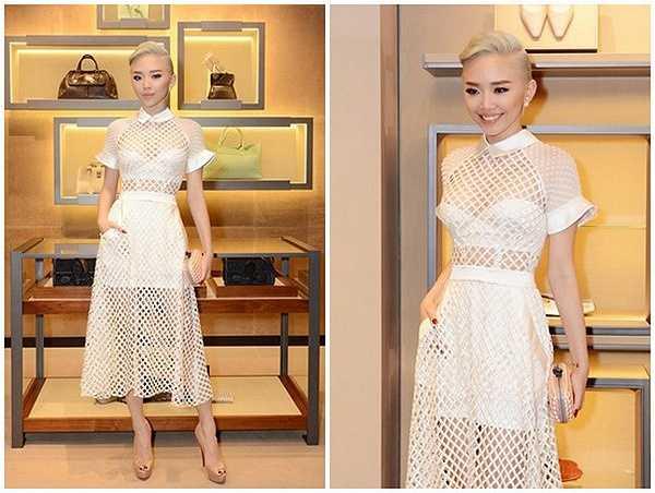 Mái tóc màu bạch kim giúp Tóc Tiên trở nên sành điệu và quyến rũ trong chiếc váy này