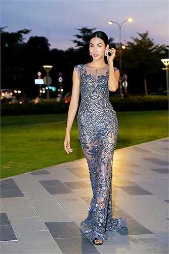 Hoàng Thùy cũng hút nhiều phóng viên ảnh khi sử dụng chiếc váy xuyên thấu này