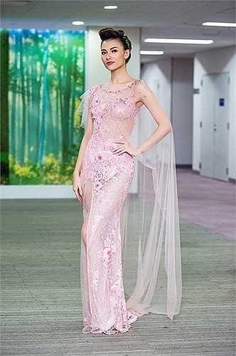 Chiếc váy voan trong veo đính cườm giúp Hồng Quế úp mở cơ thể gây tò mò cho người hâm mộ