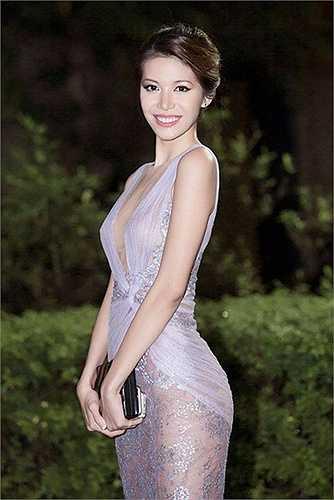 Tại một sự kiện giải trí khác, chân dài sinh năm 1993 khoe khéo số đo 86-59-92 bằng một chiếc váy voan trong veo ôm sát