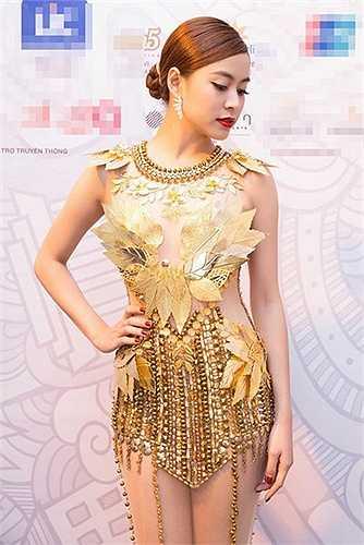 Trang phục này giúp vóc dáng của Hoàng Thùy Linh trở nên nhỏ nhắn, cao ráo hơn rất nhiều so với thực tế