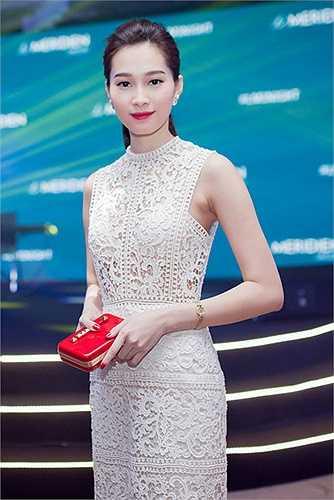Lần mặc váy xuyên thấu ít ỏi của Đặng Thu Thảo. Tuy khai thác kiểu mốt khá nhạy cảm, song cách mặc của nàng hoa hậu không hề phô phang