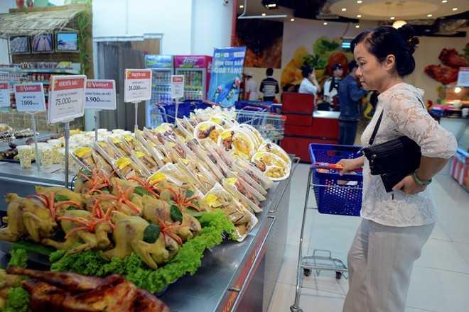 Không chỉ người bán thịt, nhiều quầy hàng rau an toàn ở chợ Bến Thành cũng chịu chung tình trạng bán hàng sạch nhưng vẫn ế.