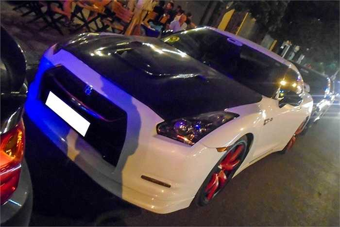 Nắp ca-pô được độ sợi carbon với những khe tản nhiệt lớn. GTR là dòng xe thể thao huyền thoại của Nhật Bản. Xe sử dụng động cơ V6, công suất 545 mã lực.
