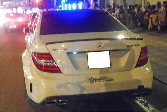 Và cuối cùng là Mercedes C300 được độ lại theo phong cách Black Series với vè rộng và ống xả AMG.