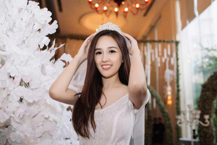 """Vừa qua, Hoa hậu Mai Phương Thuý tham dự sự kiện triển lãm mang tên """"Write your own Fairytale"""", giới thiệu bộ sưu tập """"Fairytale"""" của nhà thiết kế Phạm Đặng Anh Thư."""