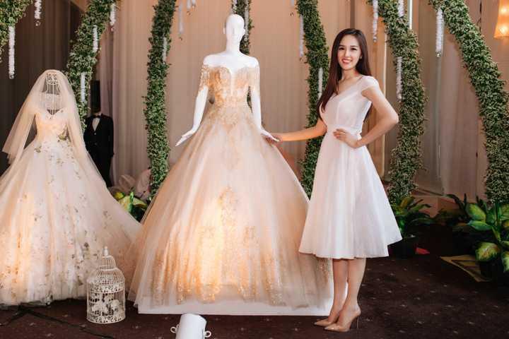 Vốn là một người đẹp cầu toàn về ngoại hình, Mai Phương Thuý chọn lựa kỹ lưỡng trang phục với sự hỗ trợ của chính nhà thiết kế Phạm Đặng Anh Thư để xuất hiện tại triển lãm.
