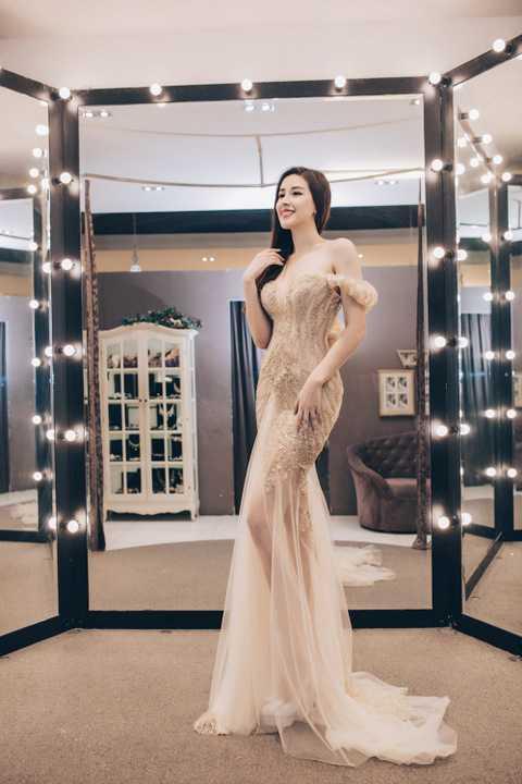Ban đầu, Hoa hậu Việt Nam 2006 yêu thích một chiếc đầm dạ hội khoe vai trần kết hợp chất liệu sequins giúp tôn vóc dáng chuẩn và ngoại hình lộng lẫy của người đẹp.