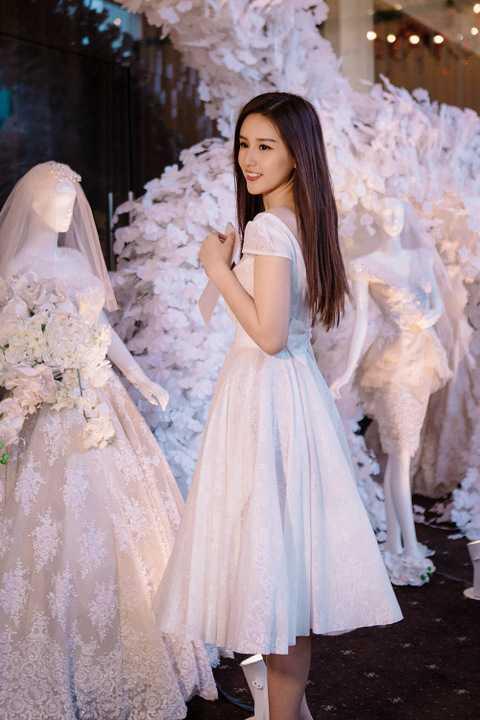 Tuy nhiên, Mai Phương Thuý quyết định đổi phong cách khác với sự sang trọng, quyến rũ quen thuộc. Cô được nhà thiết kế Phạm Đặng Anh Thư gợi ý chiếc váy trắng màu trắng tinh khôi, đi cùng điểm nhất khoét lưng cùng hoạ tiết nơ nhỏ xinh.