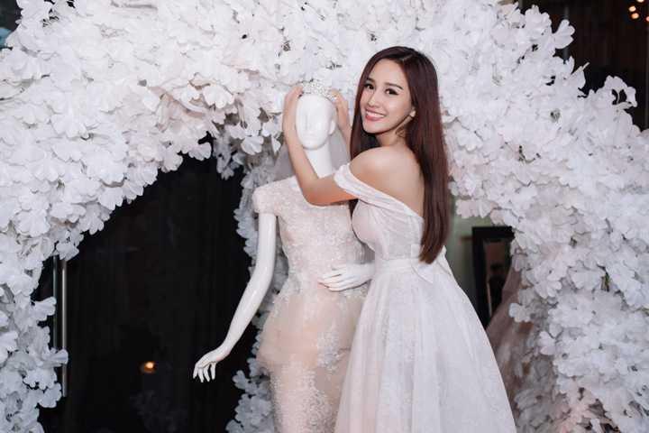 Để phù hợp với kiểu váy thanh lịch, Mai Phương Thuý chọn kiểu tóc xoã dài, son môi hồng cùng tông trang điểm nhẹ nhàng. Kết hợp nụ cười rạng rỡ, nhan sắc của người đẹp trông như nàng công chúa trong những câu chuyện thần tiên.