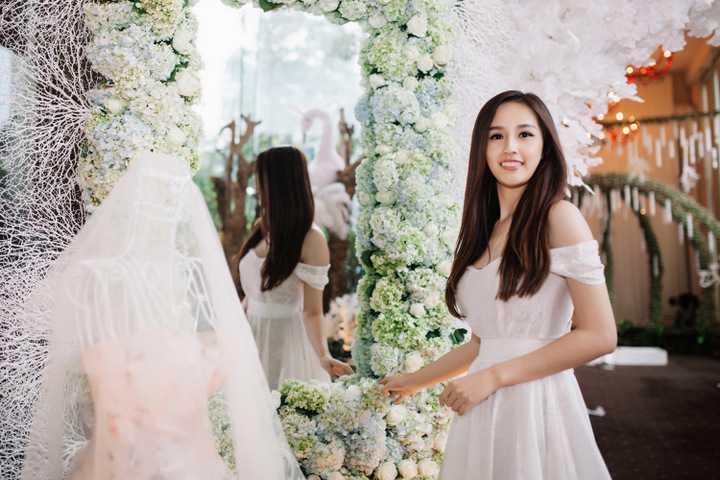 Tại sự kiện, Mai Phương Thuý thích thú ngắm nhìn những mẫu váy cưới lộng lẫy được trưng bày. Không gian triển lãm trưng bày được trang trí ngập tràn hoa lãng mạn và ánh sang lung linh giống khung cảnh trong những câu chuyện cổ tích.