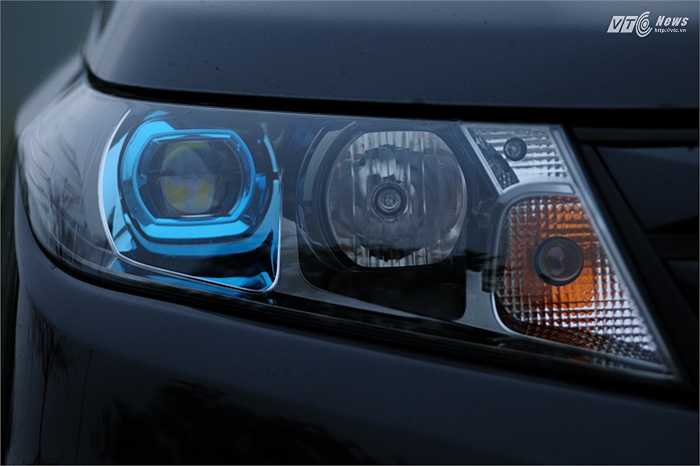 Đèn LED có thấu kính phủ màu xanh dương giúp tạo ra ánh sáng trắng xanh êm dịu, bớt chói gắt khi phải bật pha trong đêm tối.