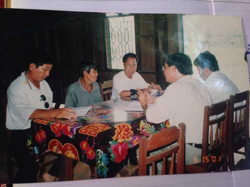 Nhóm nhà báo tìm gặp nhân chứng Chín Chè năm 2005. Ảnh tư liệu