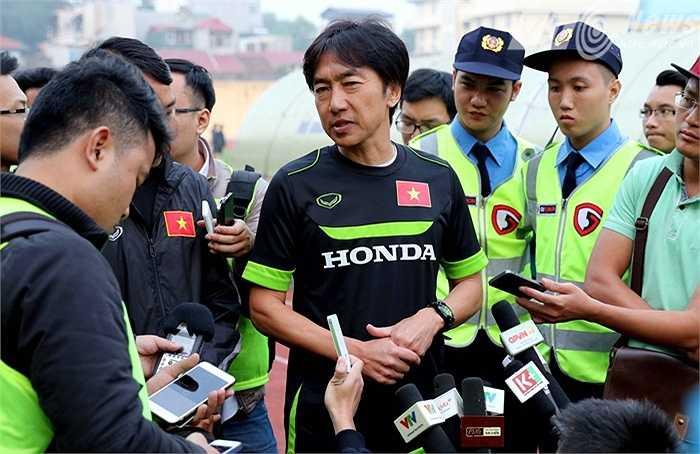 HLV Miura bị phóng viên 'quây' kín sau trận thua 0-4 trước JFL Selection