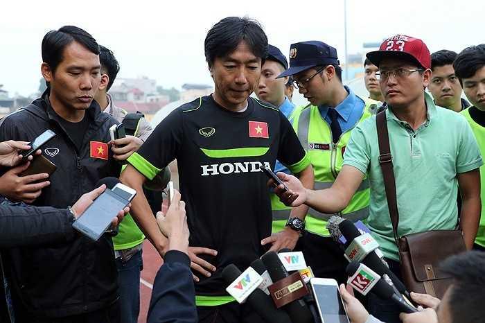 Trước đó, HLV Miura đã phải trả Huy Toàn, Ngọc Thắng về CLB vì chấn thương. Công Phượng mấy ngày nay cũng tập với bàn tay bị băng trắng