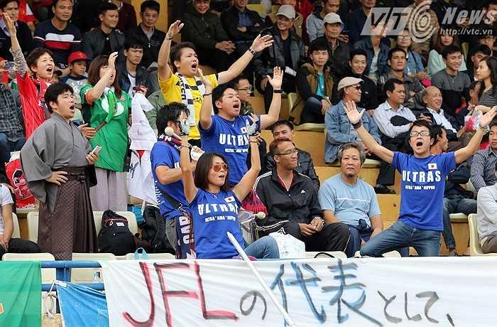 Thậm chí so với người hâm mộ Việt Nam, họ còn đông và chuyên nghiệp hơn