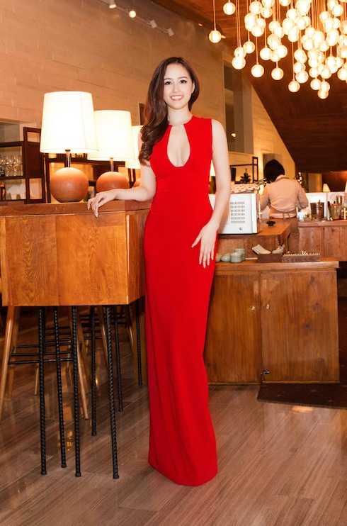 Chiếc đầm tôn lên ba vòng sexy của người đẹp.