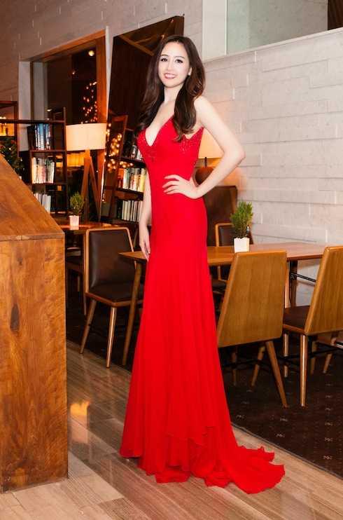 Chiếc đầm tôn lên ba vòng sexy của người đẹp.  Xuất hiện tại sự kiện đầu tiên, Hoa hậu Mai Phương Thúy nổi bật bởi nhan sắc xinh đẹp, rạng ngời. Diện bộ đầm đỏ với phần cổ khoét sâu và chiếc đai kim loại hờ hững, Mai Phương Thuý khoe trọn vòng một căng tràn.